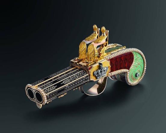 """La maison di orologi PARMIGIANI FLERIEUR ha annunciato la fine del lungo restauro di """"The Pistol"""", una pistola del 1815 realizzata da Freres Rochat. La particolarità di quest'arma sta nel fatto che, invece di sparare un colpo, dalla canna ne esce fuori un uccello che compie una piroetta e canta. Un oggetto preziosissimo, anche nella sua manifattura, che ha richiesto oltre 5 mesi di duro lavoro dei maestri Parmigiani Flerieur per giungere a compimento."""