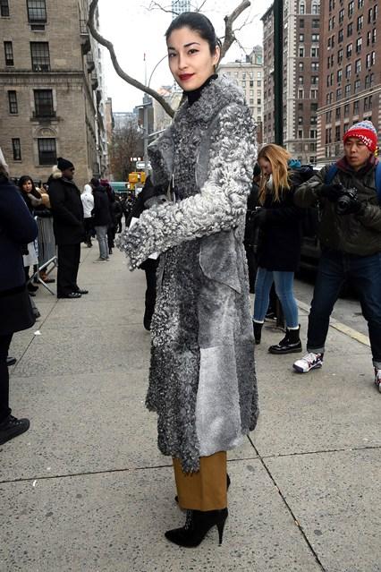 Caroline Issa con pantaloni Rosetta Getty alla sfilata TOmmy Hilfinger, NY