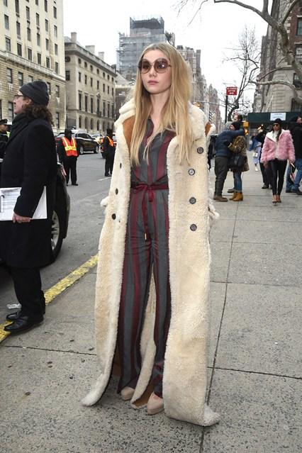 Immy Waterhouse con cappotto e occhaili da sole Chloe alla sfilata Tommy Hilfinger, NY