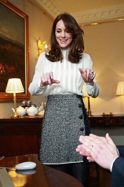 La Duchessa di Cambridge con blusa Reiss e gonna Dolce & Gabbana al lancio dell'Young Minds Matter, in partenrship con Huffington Post UK