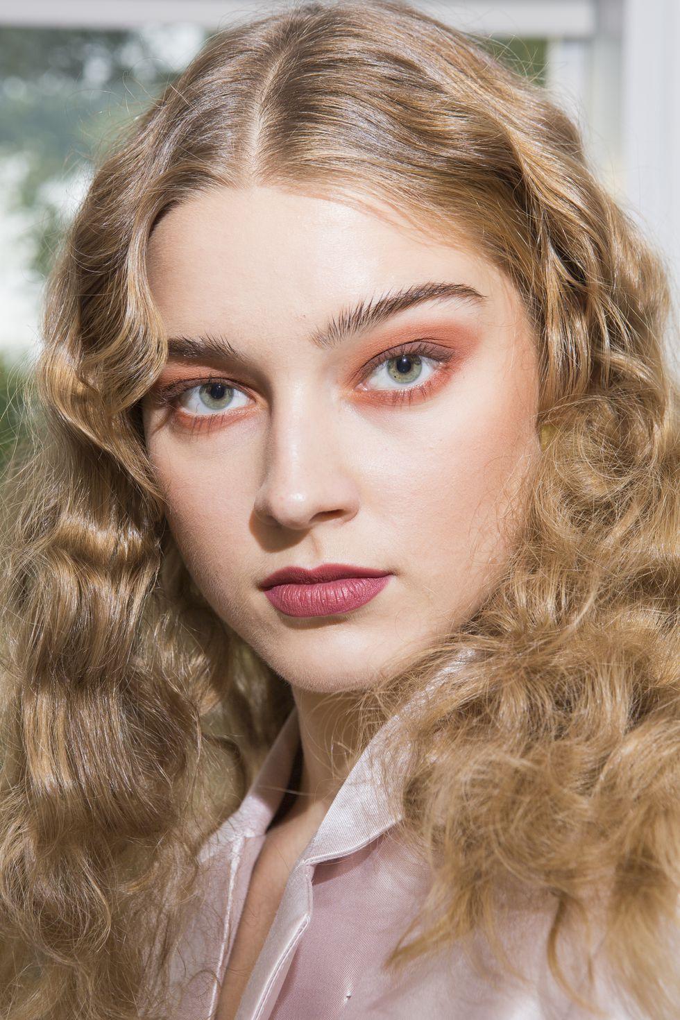 spring-summer-2018-hair-makeup-trends-cynthia-rowley-1506692567